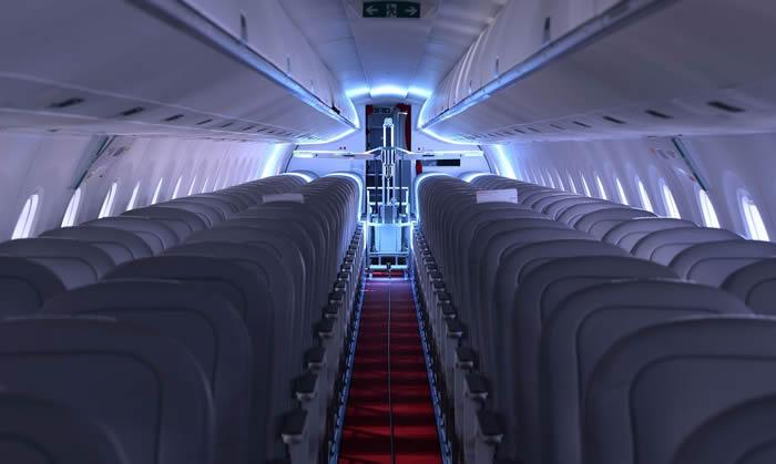 Robôs suíços usam luz ultravioleta para desinfetar aviões